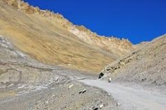 Camino quebrado en montaña estéril Foto de archivo libre de regalías