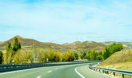 Camino rápido en las montañas en España, paisaje hermoso del moun Imagenes de archivo