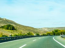 Camino rápido en las montañas en España, paisaje hermoso del moun Fotografía de archivo libre de regalías