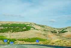 Camino rápido en las montañas en España, paisaje hermoso del moun Imagen de archivo