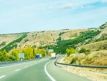 Camino rápido en las montañas en España, paisaje hermoso del moun Imagen de archivo libre de regalías