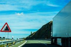 Camino rápido en las montañas en España, paisaje hermoso del moun Fotografía de archivo