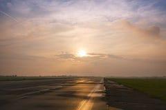 Camino recto al horizonte Imagenes de archivo