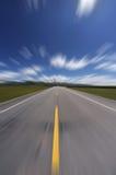 Camino recto debajo del cielo azul Fotografía de archivo libre de regalías