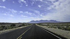 Camino remoto que desaparece en distancia Imagenes de archivo