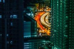 Camino rizado entre rascacielos Foto de archivo libre de regalías