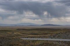 Camino rocoso extremo en una estepa de la tundra de la piedra del desierto de la montaña de la montaña Foto de archivo libre de regalías