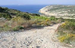 Camino rocoso rural en la isla de Koufonissi Fotos de archivo