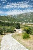 Camino rocoso viejo de la colina abajo Imágenes de archivo libres de regalías