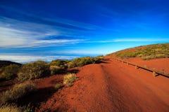 Camino rojo de la montaña de la suciedad foto de archivo