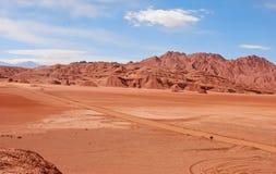 Camino rojo del desierto de Remore Imagenes de archivo