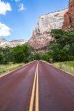 Camino rojo típico en Zion National Park, Utah, los E.E.U.U. Imágenes de archivo libres de regalías