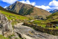 Camino roto grava de la suciedad en montañas Imagenes de archivo