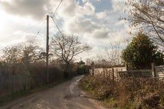 camino rural con manera del dirttrack del país a través del fondo del paisaje de la naturaleza fotos de archivo