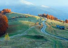 Camino rural en cuesta de montaña del otoño Fotografía de archivo libre de regalías