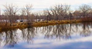 Camino rural entre dos pequeños lagos fotografía de archivo libre de regalías