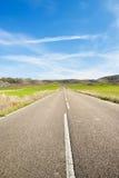 Camino rural a través del campo Imagenes de archivo