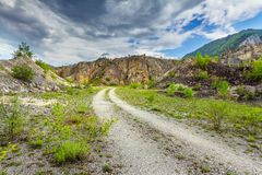 Camino rural vacío a través del terreno accidentado fotografía de archivo libre de regalías