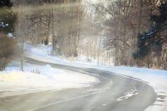 Camino ruso del paisaje del invierno en bosque Imagenes de archivo