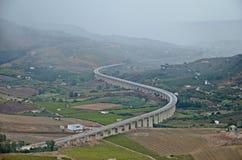 camino S-formado en Sicilia entre las colinas Imagen de archivo libre de regalías