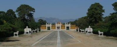Camino sagrado y puerta esmaltada en las tumbas del oeste de Qing Imagen de archivo libre de regalías