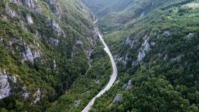 Camino serpentino de la montaña almacen de metraje de vídeo