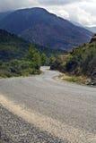 Camino serpentino en montañas imagenes de archivo