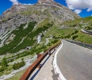 Camino serpentino, Stelvio Pass de Bormio Imagen de archivo