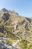 Camino serpentino vertiginoso en Serra de Tramuntana fotografía de archivo libre de regalías
