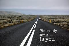 Camino sin fin de la cita inspirada de la motivación foto de archivo libre de regalías
