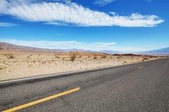 Camino sin fin del desierto, concepto del viaje, California, los E.E.U.U. fotos de archivo libres de regalías