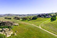 Camino sin pavimentar con uno de los parques regionales en las colinas del condado de Contra Costa imagen de archivo libre de regalías