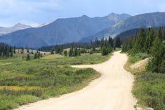 Camino sin pavimentar de la montaña imagenes de archivo
