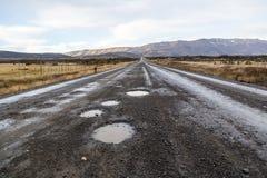 Camino sin pavimentar en la manera a Torres Del Paine National Park en Chile Foto de archivo