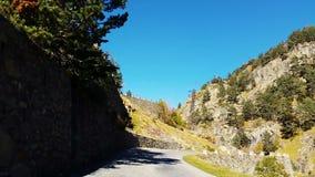 Camino sinuoso en el Montaña-vehículo Point of View de los Pirineos