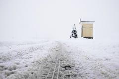 Camino sitiado por la nieve Fotografía de archivo libre de regalías