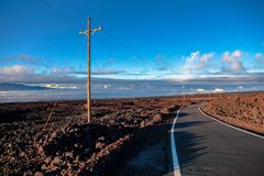 Camino sobre las nubes cerca de la montaña de Mauna Loa, Hawaii foto de archivo