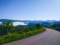 Camino sobre las nubes, con mucha vegetación verde alrededor y imagen de archivo