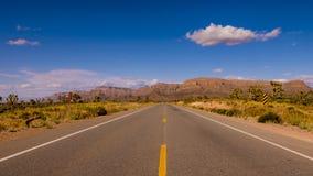 Camino solitario largo y vacío con Arizona Imagenes de archivo