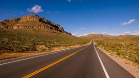 Camino solitario largo y vacío con Arizona Foto de archivo