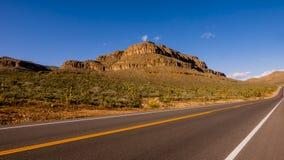 Camino solitario largo y vacío con Arizona Fotos de archivo