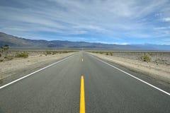 Camino solo en el desierto Fotos de archivo