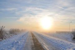 Camino solo en invierno Imagen de archivo libre de regalías