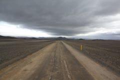 Camino solo en Islandia Foto de archivo libre de regalías