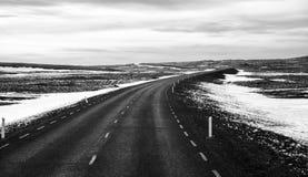 Camino solo en Islandia en invierno imágenes de archivo libres de regalías