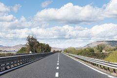 Camino solo en un paisaje rural Imagen de archivo libre de regalías
