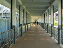 Camino sombrío y lluvia entre los edificios Foto de archivo