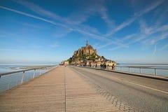 Camino a sorprender la abadía de Mont Saint Michel Los turistas van a la abadía Normandía, Francia Imagen de archivo