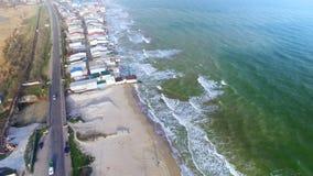 Camino suburbano cerca de la costa de mar en Odessa, Ucrania metrajes