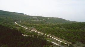 Camino sucio de la curva en las montañas Foto de archivo libre de regalías